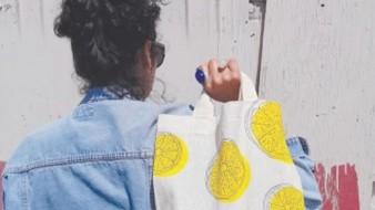 Confecciona y pinta cada bolso pensando en alguna cualidad del cliente.