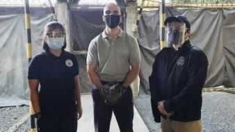 En una fotografía difundida por el Buró de Inmigración de Filipinas, el marine estadounidense Joseph Scott Pemberton, centro, posa antes de abandonar el Campamento Aguinaldo rumbo al aeropuerto de la ciudad de Quezon, Filipinas, el 13 de septiembre de 2020