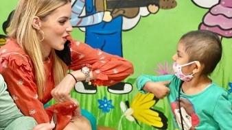 Mariana Rodríguez, esposa del senador Samuel García, ha sido criticada por publicar una fotografía en la que aparece sin cubreboca saludando a un niñacon cáncer.