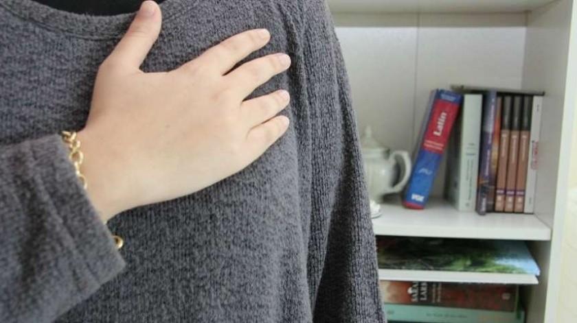 Los saludos de codo no son recomendables por el contacto físico que se da(Archivo)