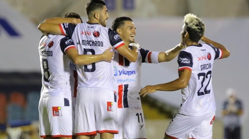Víctor Guajardo (izq.) celebra con sus compañeros el primer gol.(Eleazar Escobar)