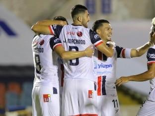 Víctor Guajardo (izq.) celebra con sus compañeros el primer gol.