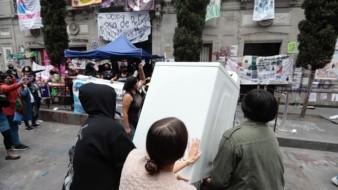 Feministas que tomaron CNDH reciben donación de una lavadora para seguir protesta