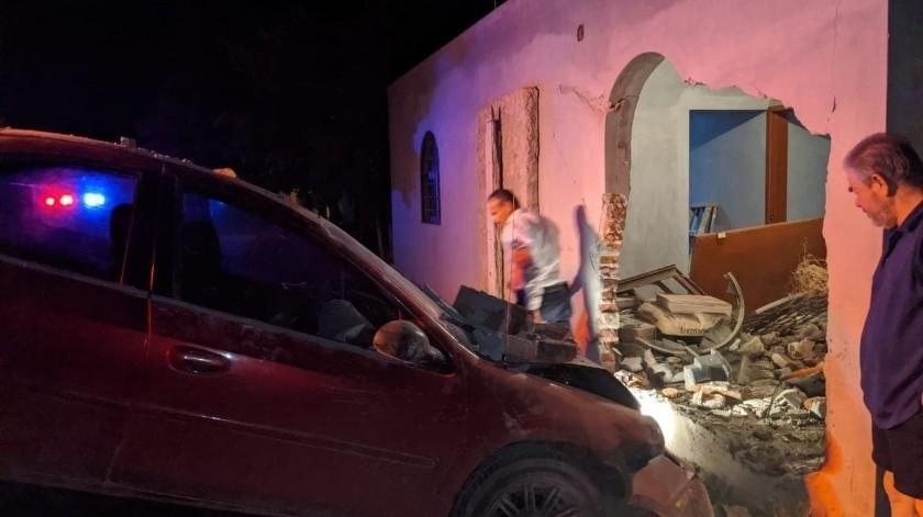 Se trata de un conductor quien, al parecer conducía en estado de ebriedad y a exceso de velocidad se estrelló en la vivienda antes mencionada perforando la pared y metiéndose casi hasta la cocina.(Especial)
