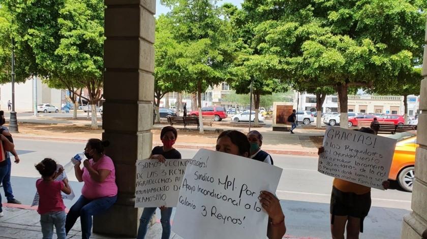 Alrededor de 30 madres de familia se colocaron con pancartas por fuera de las puertas del inmueble.(Lucía Robles)