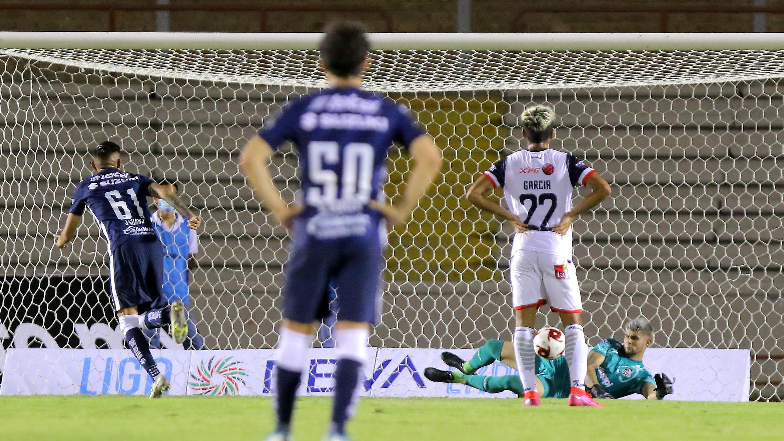 Gabino Espinoza le detiene el penal a Jonathan Suárez.