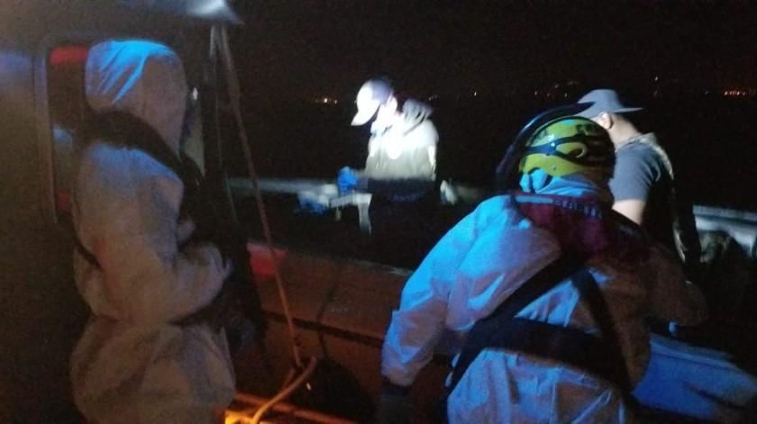 Rescatan a tres personas de una embarcación en riesgo