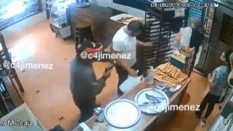 En las imágenes se observa que el sujeto amaga a las peronas con la pistola para cometer el asalto.