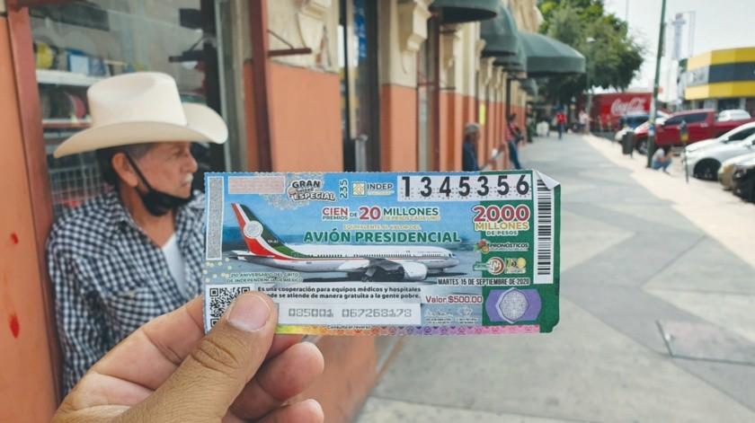 Si usted pudo comprar un 'cachito' para la rifa del Avión Presidencial considérese afortunado, porque ayer se agotaron en muchos puestos de Lotería.(Julián Ortega)