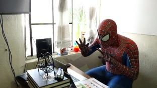 El profesor que decidió vestirse del 'Hombre araña' para motivar a sus alumnos en las clases virtuales.