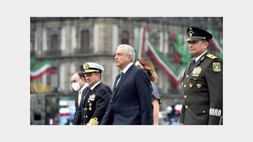 Al acto -en donde por esta ocasión el Ejecutivo federal no observará la parada militar desde el balcón presidencial sino desde un podio instalado frente a Palacio Nacional(Gobierno de México)