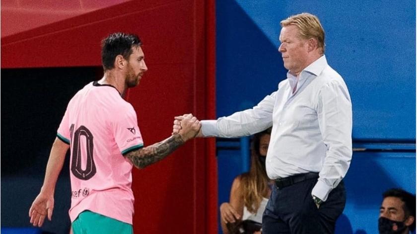 Lionel Messi saluda a su entrenador Ronald Koeman al ser sustituido(@FCBarcelona)