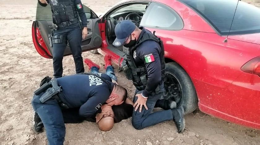 Los agentes encontraron en un baldío adyacente a un auto Dodge rojo, en cuyo asiento del conductor había un hombre inconsciente y con indicios de dificultad para respirar.(Cortesía)