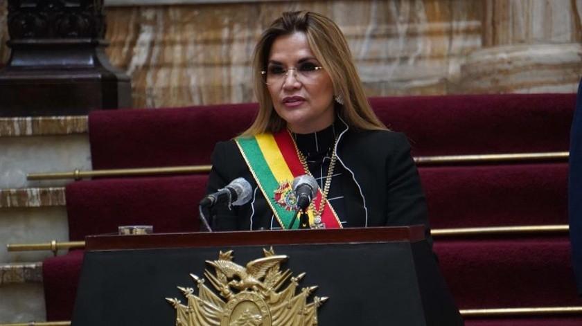La presidenta interina de Bolivia hizo el anuncio a un mes de las eleccioones nacionales. Afirmó que lo hace para defender la democracia.(EFE)