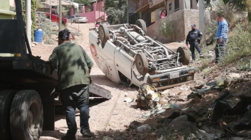 El vehículo tipo vagoneta se impactó contra la parte baja del cerro y posteriormente volcó quedando con los neumáticos hacia arriba