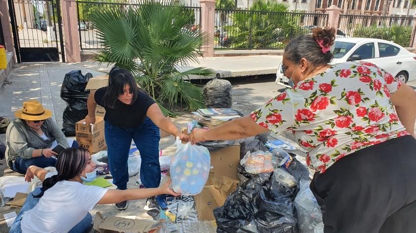 Varias personas acudieron este viernes a donar material para apoyar la causa(Julián Ortega)