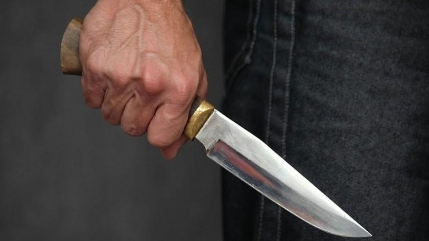 """Amenaza con cuchillo a mujer, ve patrulla y """"se echa a correr""""(GH)"""