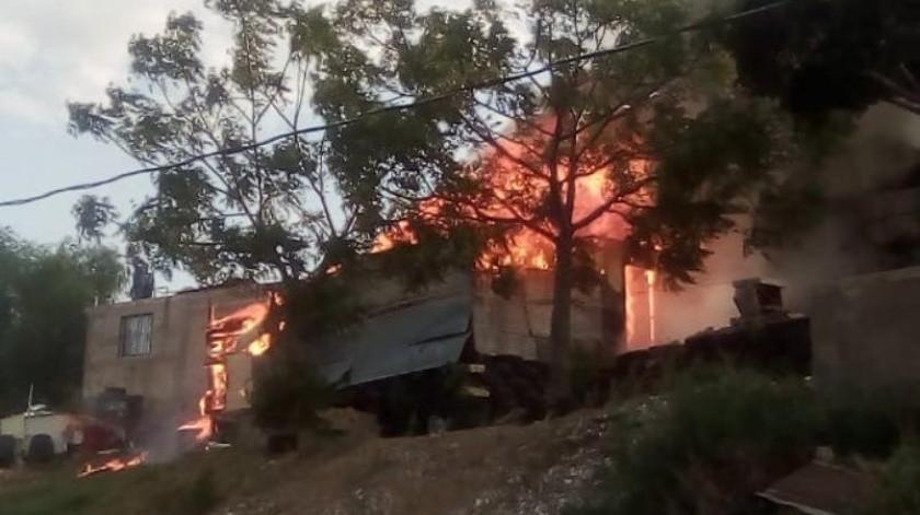 Una humilde vivienda en la que vivían una mujer y sus tres hijos fue consumida por las llamas en la colonia Rosarito Dos de Nogales.