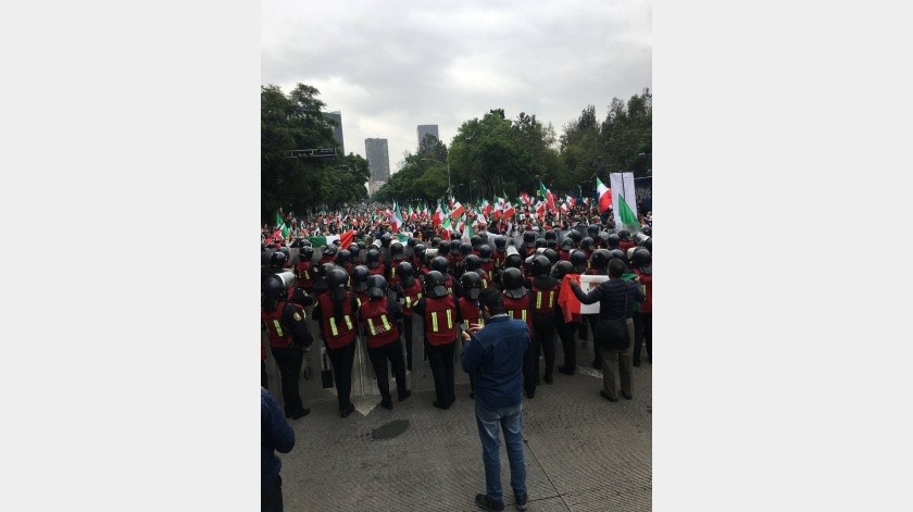 Frente Anti-AMLO comienza plantón en avenida Juárez; exigen renuncia de AMLO(Twitter Germán Jiménez)
