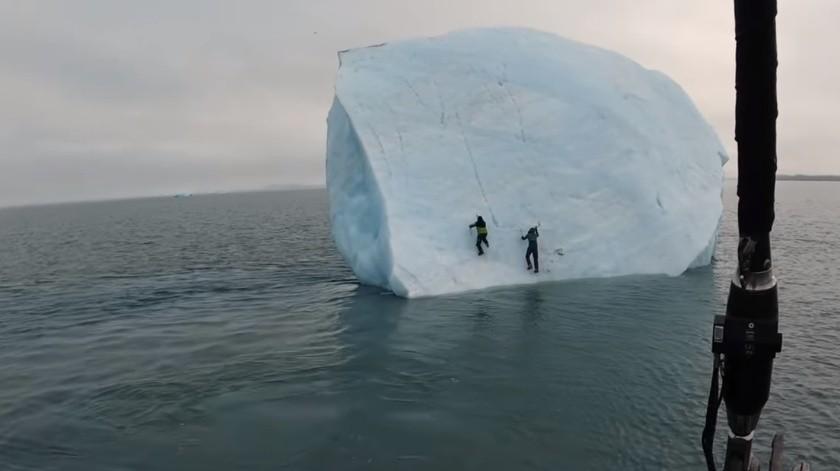 Graban a escaladores sobre un iceberg(Tomada de la red)