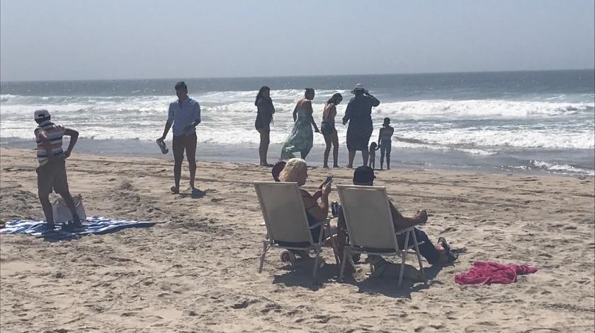 Los grupos de familias y amigos se reúnen en aquellos puntos de playa que comúnmente presentan aglomeraciones en días de calo(Carmen Gutiérrez)
