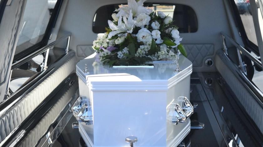 """Bill Edgar se define a sí mismo como un """"confesor de ataúd"""". Asiste a los funerales para hablar en nombre de los difuntos y confesar aquello que estos no se atrevieron a decir cuando estaban vivos."""