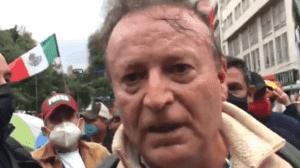 Entre empujones, Lozano abordó un taxi con rumbo desconocido.