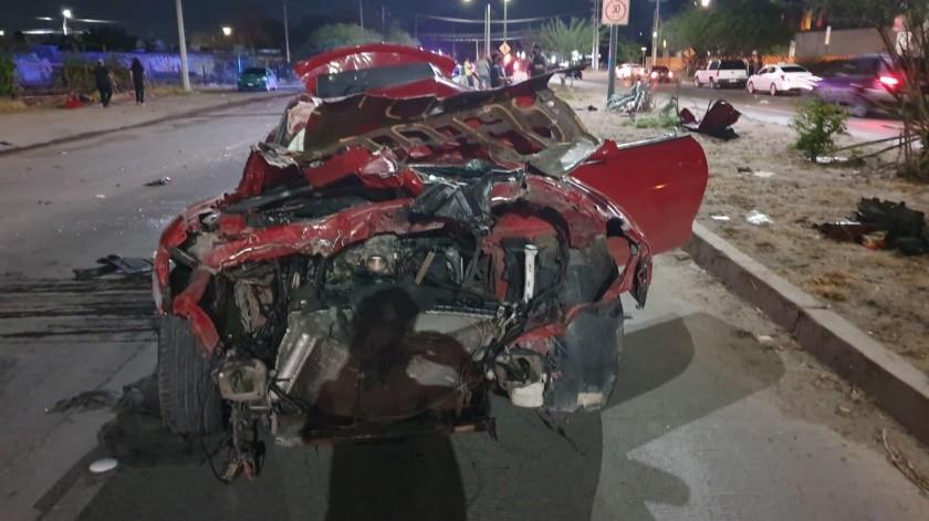 Uno de los autos involucrados en el accidente quedó totalmente destruido.(Especial)