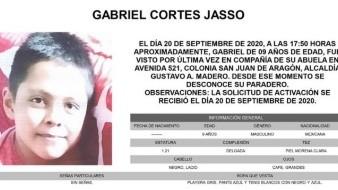 Gabriel es de piel morena clara, de complexión delgada, mide 1.21 metros de estatura, tiene los ojos grandes, color café y el cabello lacio y negro.
