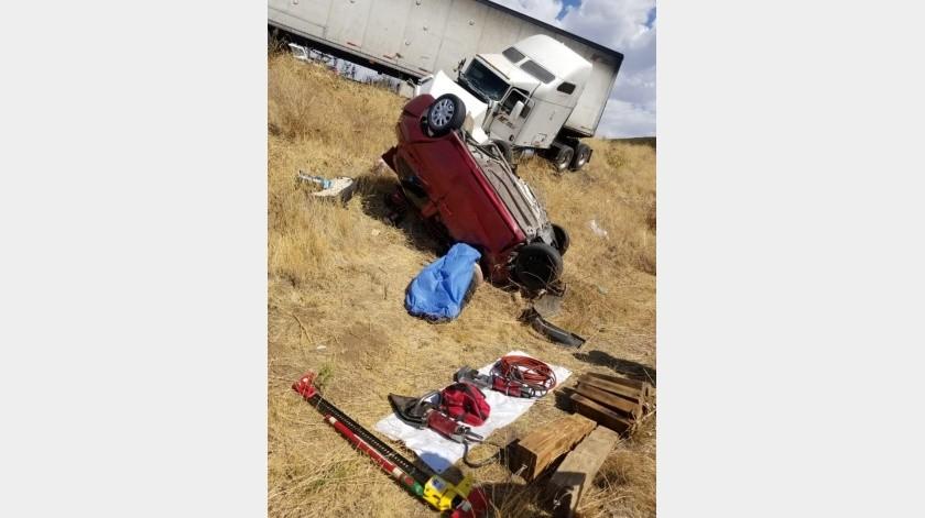 Mueren 4 en choque de auto contra tráiler en Tecate(Cortesía)