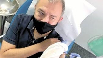 Ernesto Herrera recibe su primera dosis de vacuna experimental, pero aún le faltan dos más.