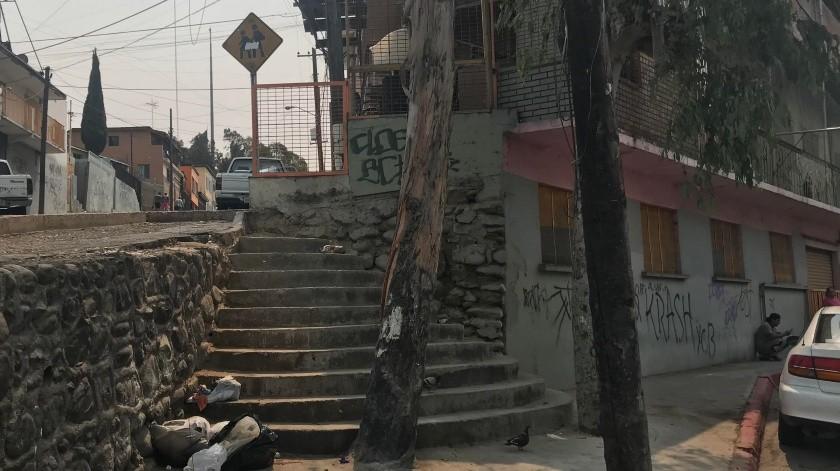 Personas en situación de calle rompen las bolsas y se dispersa la basura.(Glenn Sánchez)