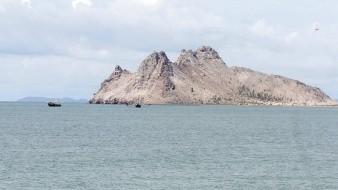 El joven relató a los policías que se dirigía en kayak a la Isla de Alcatraz, cuando una ola lo volcó.