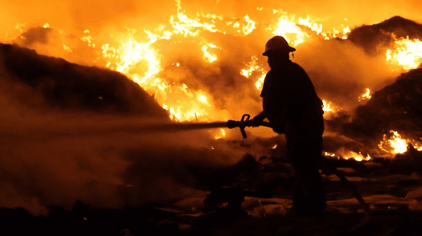 Tardan bomberos de SLRC más de 24 horas en sofocar incendio(Ramón Armando León)