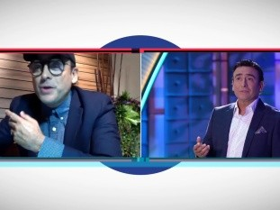 A través de Azteca, el popular conductor de televisión vuelve a la pantalla con un divertido programa de concursos, en el que pone retos a familias para que ganen dinero con