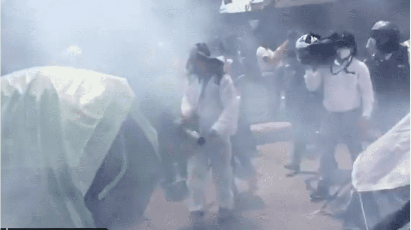 Un grupo de personas llegó al plantón a sanitizar.(Captura de video.)