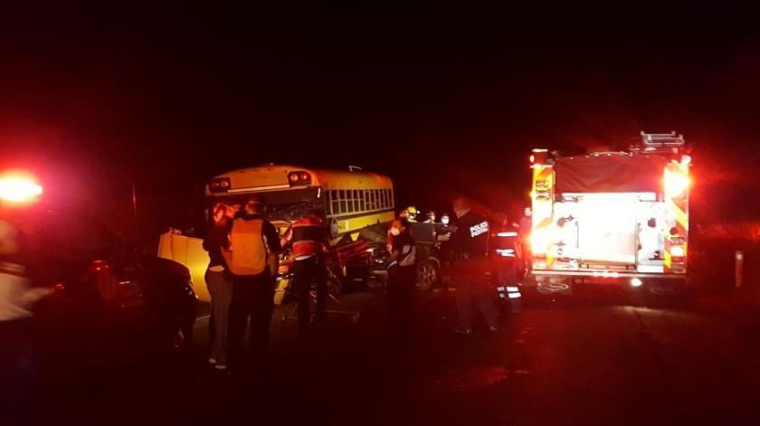 Conductor choca con camión en Ojos Negros y fallece un menor de edad