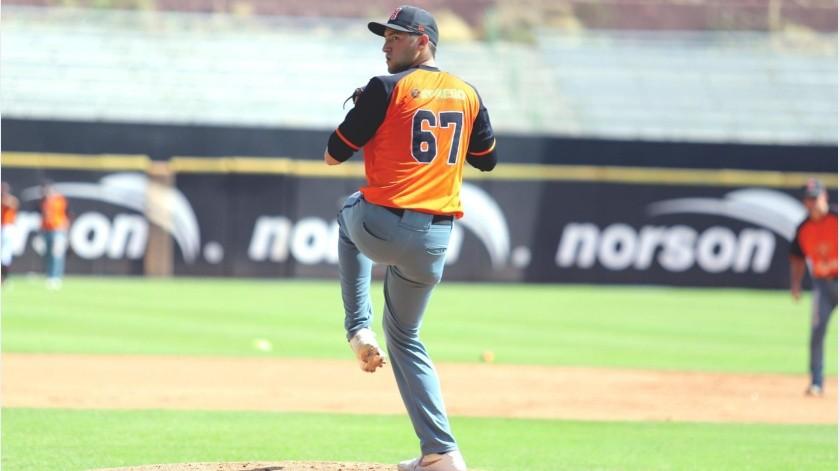 Irving Ballesteros pelea un lugar con los Naranjeros.(Priscilla Mungarro)