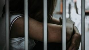Un tribunal en Morelos, encontró culpable a una maestra de Secundaria por el delito de discriminación hacia una menor de edad y la sentenció a tres años de prisión y el pago de 30 mil pesos por reparación del daño sicológico.
