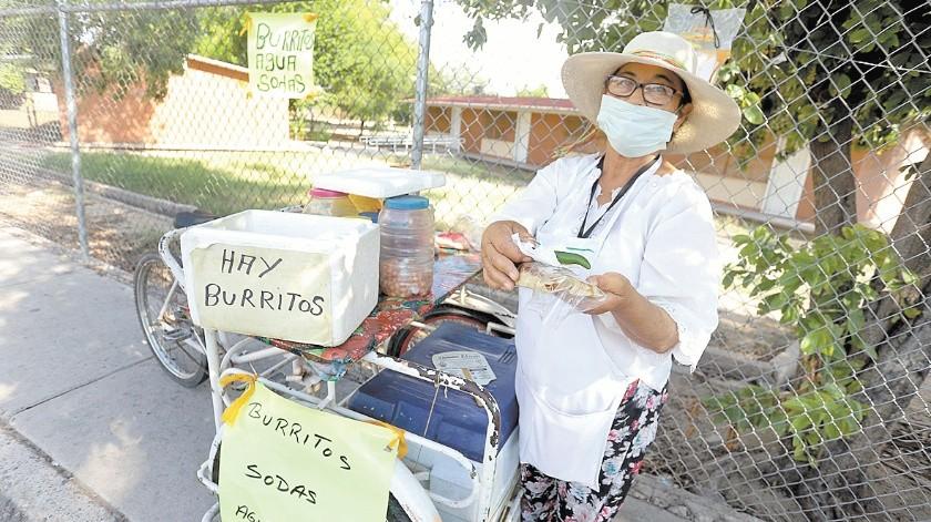 Olga Angelina Uzeta González, de 65 años, recorre cinco cuadras de su casa hasta el punto en el que vende sus burritos de carne deshebrada, cerca de la Central Camionera.(Anahí Velásquez)