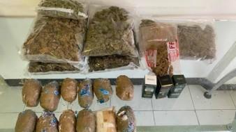 Se aseguró 2.2 kilos de aparente metanfetamina en las veladoras, alrededor de 3 kilos de mariguana y tres frascos, con 30 mililitros cada uno, de aceite de cannabis.