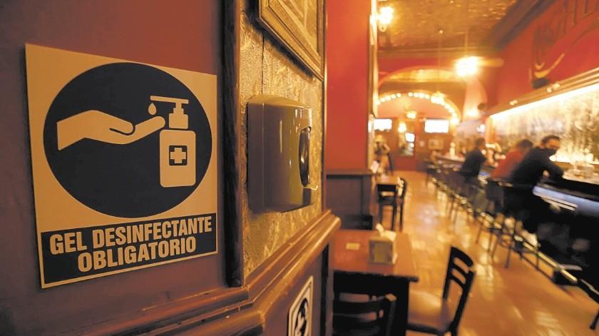 Un señalamiento de aplicación de gel desinfectante se observa dentro de un bar de esta ciudad.(Teodoro Borbón)