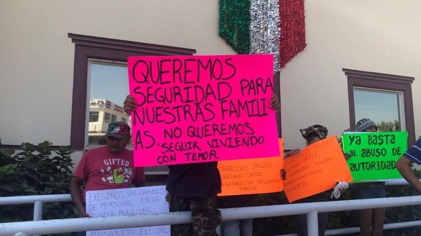 Los manifestantes acudieron a Palacio Municipal en espera de ser atendidos por la alcaldesa, Araceli Brown.(Carmen Gutiérrez)