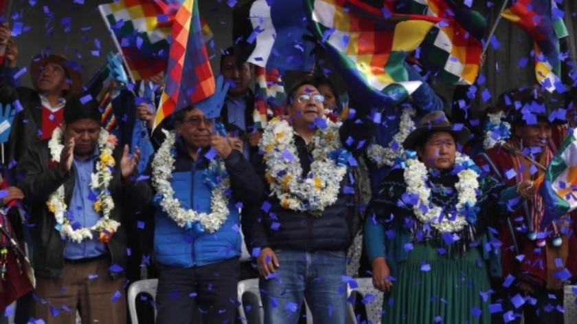 Luis Arce (centro), candidato del MAS a la presidencia de Bolivia y su compañero de fórmula, David Choquehuanca (segundo por la izquierda), durante su primer acto de campaña, en El Alto, Bolivia el 8 de febrero de 2020.(AP / Juan Karita)