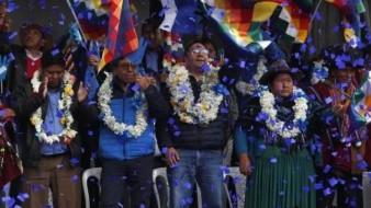 Luis Arce (centro), candidato del MAS a la presidencia de Bolivia y su compañero de fórmula, David Choquehuanca (segundo por la izquierda), durante su primer acto de campaña, en El Alto, Bolivia el 8 de febrero de 2020.