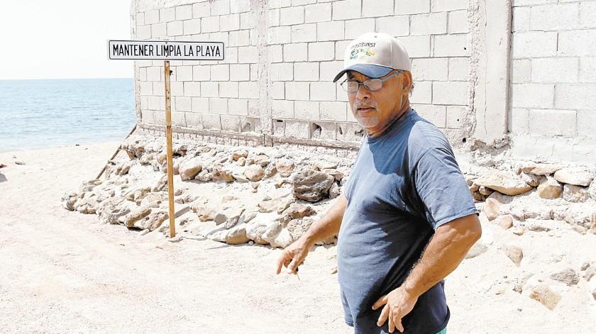 Siguiendo el ejemplo del maestro Cruz, habitantes de El Colorado se organizaron para mantener limpias las playas, las calles y el monte.(Julián Ortega)
