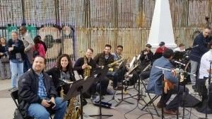 Los músicos grabaron junto al muro de Playas de Tijuana.