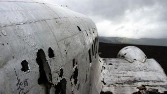 Una cámara de seguridad captó el momento exacto en el que el avión militar An-26 se impactó contra el suelo, a un costado de una carretera, al Noreste de Ucrania.