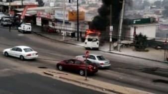 Se impacta vehículo contra locales y se incendia en El Jibarito