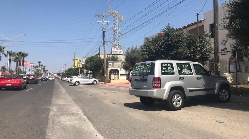 Normalmente los autos en venta se estacionan a los costados de los bulevares y son vigilados a distancia por los propietarios,(Carmen Gutiérrez)